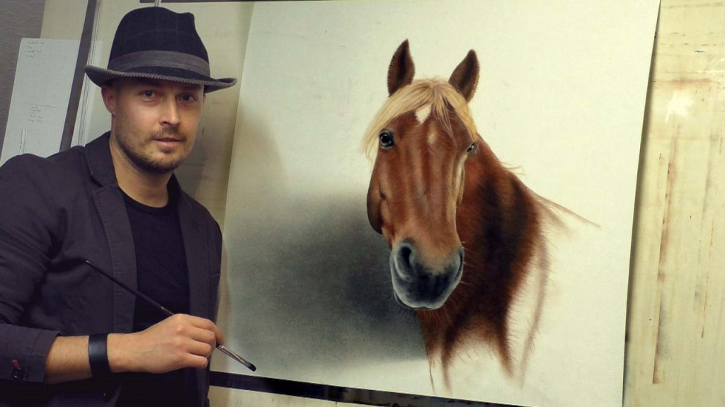 Stefan POabst malt ein Pferdeportrait vom Foto